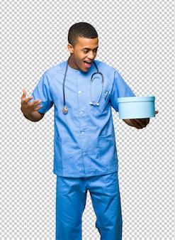 Chirurg doktormann, der geschenkbox in den händen hält