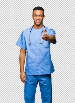 Chirurg doktormann, der hände für das schließen ein gutes geschäft rüttelt