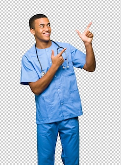 Chirurg doktormann, der mit dem zeigefinger zeigt und oben schaut