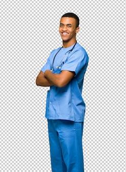 Chirurg doktormann, der über der schulter mit einem lächeln schaut