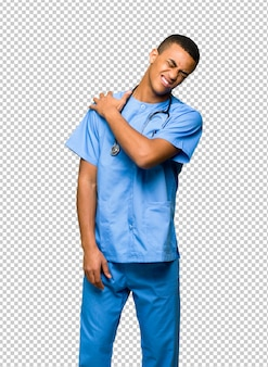Chirurg doktormann, der unter den schmerz in der schulter für das bemühen gelitten hat