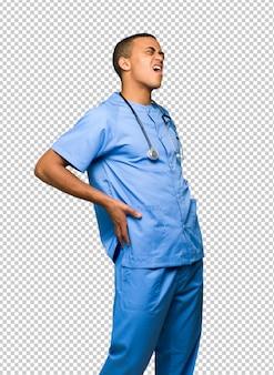 Chirurg doktormann, der unter rückenschmerzen leidet, weil er sich bemüht hat