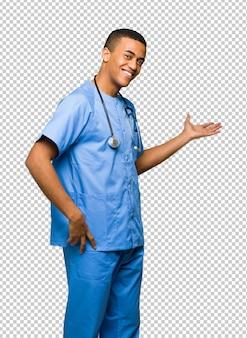 Chirurg doktormann, der zurück zeigt und ein produkt darstellt
