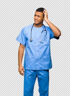 Chirurg doktormann, der zweifel beim verkratzen des kopfes hat