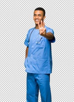 Chirurg doktormann glücklich und drei mit den fingern zählen