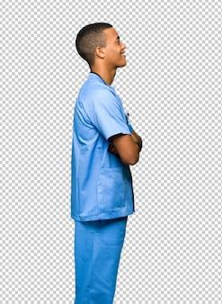 Chirurg doktormann in seitlicher position