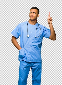 Chirurg doktormann mit den fingern, die das beste kreuzen und wünschen