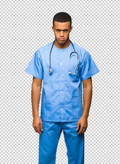 Chirurg doktormann mit traurigem und deprimiertem ausdruck