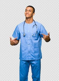 Chirurgdoktormann stolz und in konzept der liebe selbst zufrieden