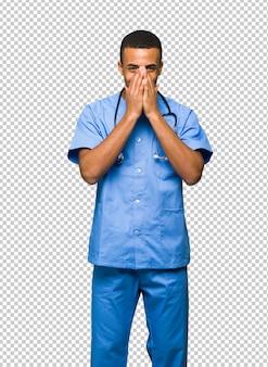 Chirurgendoktor, der viel beim bedecken des munds lächelt