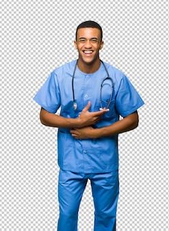 Chirurgendoktor, der viel lächelt, während hände auf kasten gesetzt werden