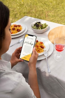 Chorizo-gericht mit mock-up-smartphone