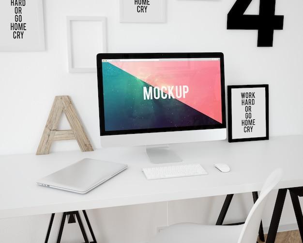 Computer auf weißem desktop mock up