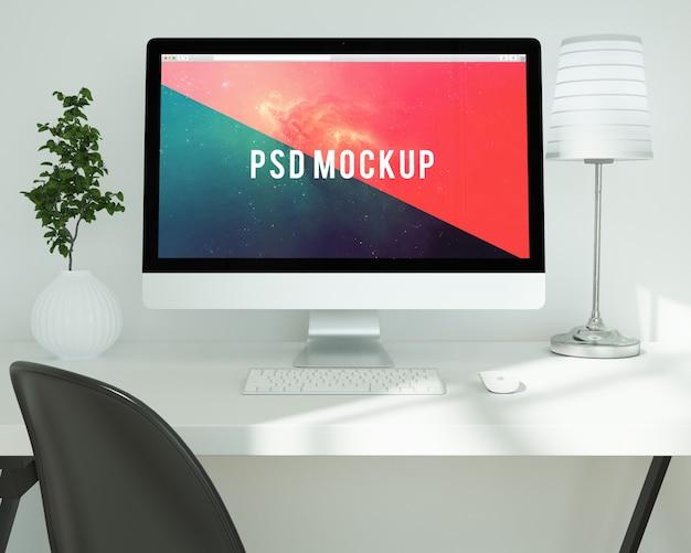 Computer auf weißem schreibtisch mock up