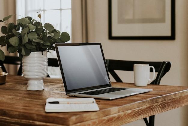 Computer-laptop-bildschirmmodell im wohnzimmer