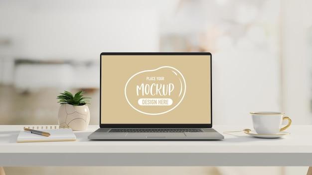 Computer-laptop mit mock-up-bildschirm auf weißem tisch mit schreibwarenschale