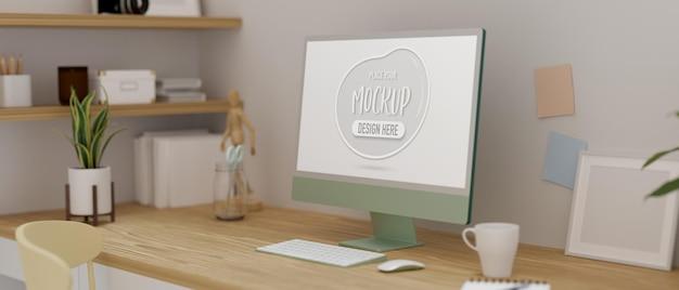 Computergerät auf dem tisch im heimarbeitsraum, der mit blumentopf und zeug dekoriert ist