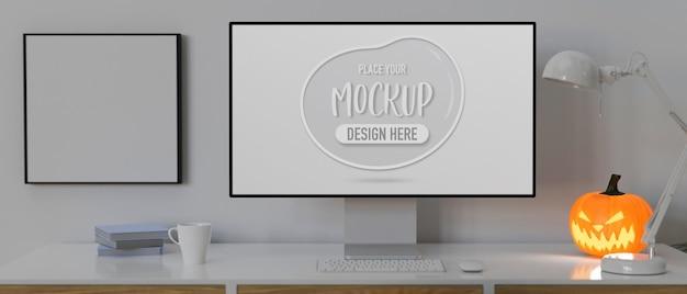 Computergerät mit mockup-bildschirm auf dem schreibtisch, dekoriert mit kürbislampe 3d-rendering