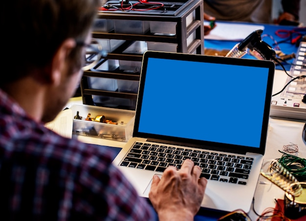 Computerlaptop, der leeren blauen bildschirm zeigt