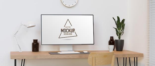 Computermonitor mit mockup-bildschirm auf holztisch mit dekorationen in minimalem raum