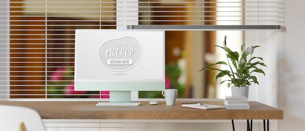 Computertisch mit blumentopf und schreibwaren neben dem fenster
