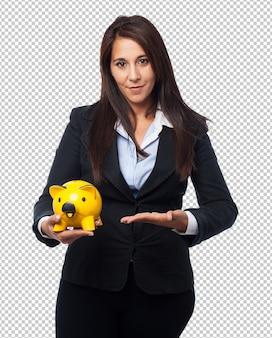 Coole geschäftsfrau mit sparschwein