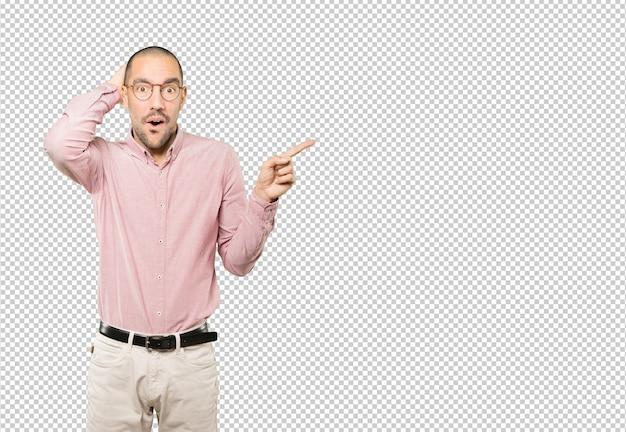 Cooler junger mann, der mit seinem finger zeigt