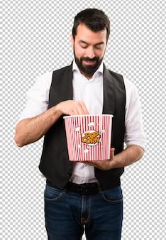 Cooler mann, der popcorn isst
