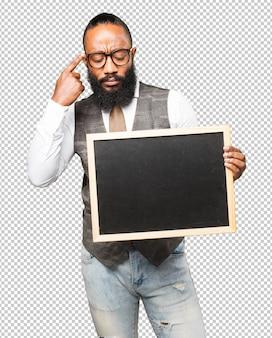 Cooler schwarzer mann mit einer tafel