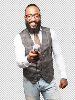 Cooler schwarzer mann mit mikrofon