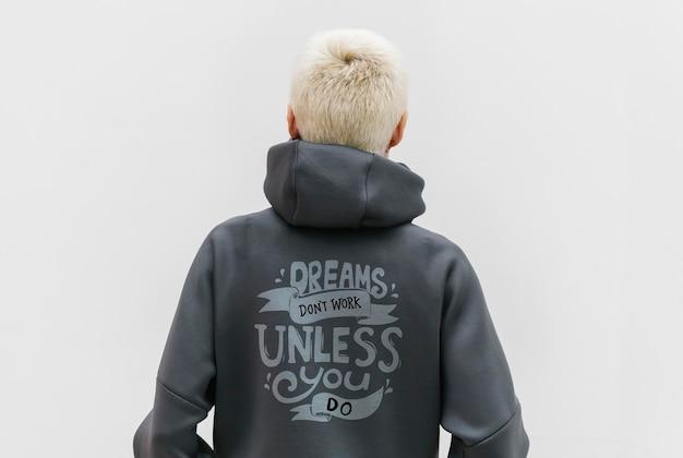 Cooles mädchen, das einen grauen motivations-hoodie trägt