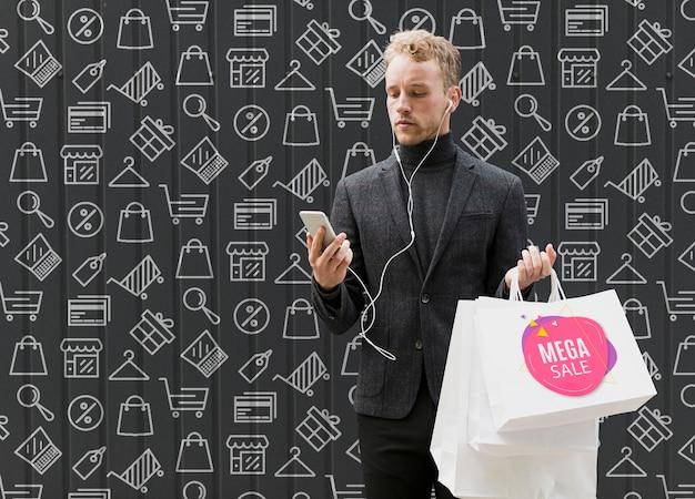 Copy-space-mann beim einkaufen auf werbekampagne