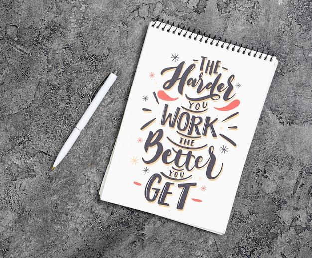 Copy-space-notebook mit inspirierenden nachricht