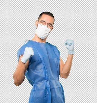 Coronavirus. junger mann, der konzepte tut und maske und schutzhandschuhe trägt