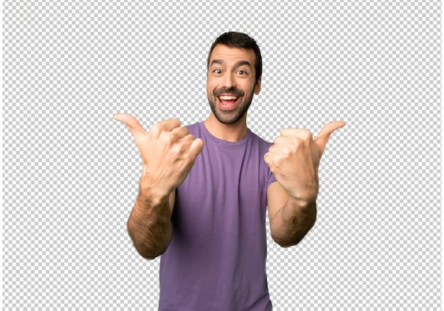 Das geben des gutaussehenden mannes daumen herauf geste mit beiden händen und dem lächeln
