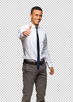 Das junge afroamerikanische geschäftsmanngeben daumen herauf geste, weil etwas gutes geschehen ist
