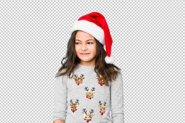 Das kleine mädchen, das weihnachtstag feiert, lacht und schließt augen, fühlt sich entspannt und glücklich.