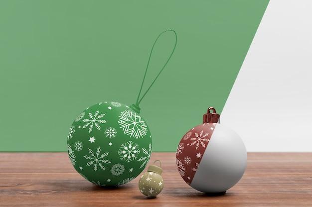 Dekorierte weihnachtskugelanordnung