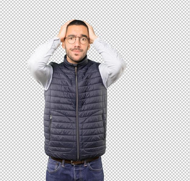 Deprimierter junger mann posiert