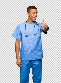 Der chirurgdoktormann, der daumen hoch gibt, gestikulieren, weil etwas gutes geschehen ist