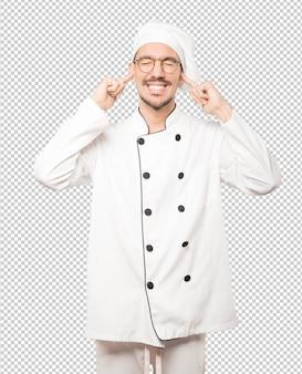 Der junge koch machte sich sorgen um laute geräusche und bedeckte seine ohren