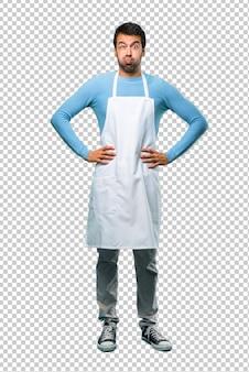 Der mann, der ein schutzblech trägt, macht lustiges und verrücktes gesichtsgefühl
