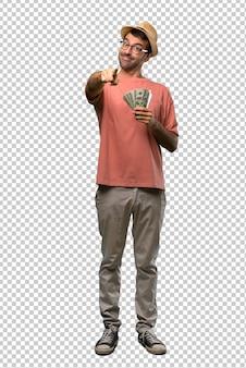 Der mann, der viele rechnungen hält, zeigt finger auf sie mit einem überzeugten ausdruck