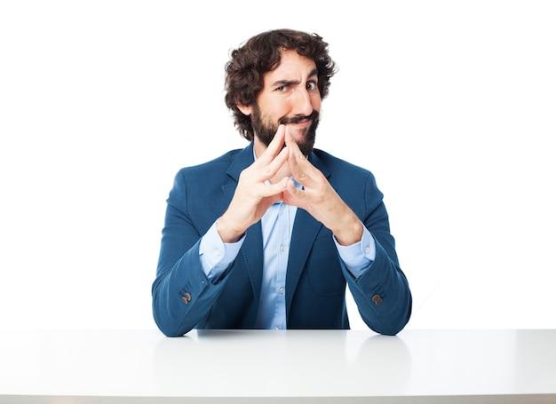 Der mann mit den fingern zusammen