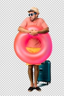 Der mann mit hut und sonnenbrille ist in seinen sommerferien etwas nervös und hat angst, die zähne zu drücken