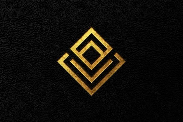 Design-modell mit goldenem logo im leder