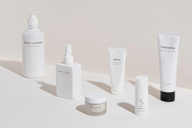 Design-set für weiße kosmetikprodukte, die mockup-verpackungen verpacken