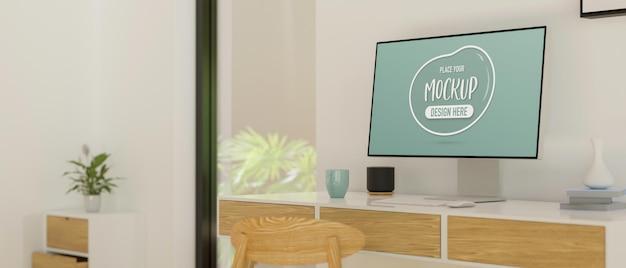 Desktop-computer mit mockup-bildschirm auf dem schreibtisch im modernen home-office-raum