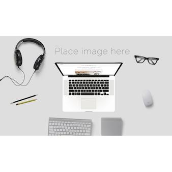 Desktop mock up mit brille und kopfhörer