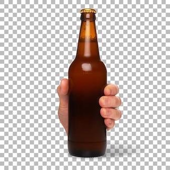 Die hand des mannes hält kaltes braunes flaschenbier isoliert.